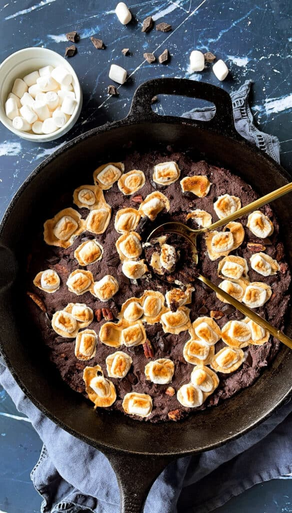 The best rocky road skillet brownies gluten free vegan. brownie with marshmallows, walnuts, and chocolate chips