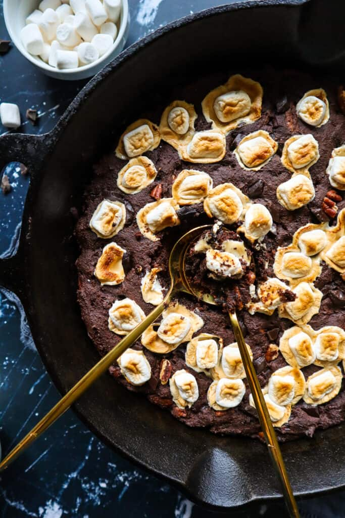 rocky road skillet brownie recipe gluten free and vegan. picture of rocky road brownie